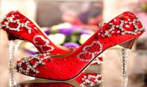 احتاري الأحذية بالأحجار اللامعة لتتألقي في السهرات