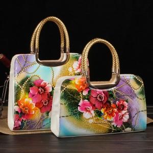 طبعات الأزهار تميز حقيبتك الصيفية وتمنحها الأناقة