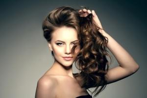تخلصي من قشرة الشعر الموسمية مع هذه الوصفات المميزة