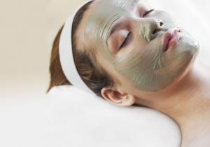 خلصي بشرتك من السموم مع قناع الطين الأخضر