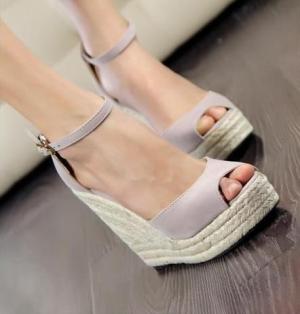 تألقي في إطلالاتك الصيفية باختيار أحذية القش الأنيقة