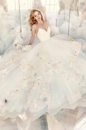 تشكيلة فساتين الزفاف بلمسة الزهور تمنحك الجاذبية يوم الزفاف
