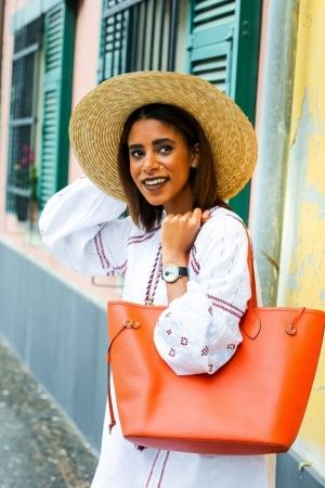 تألقي في إطلالاتك مع حقيبة بصيحة البرتقالي الجديدة