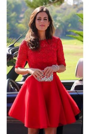 الأحمر يميز إطلالتك مع تصميم الفستان الصيفي الأنيق