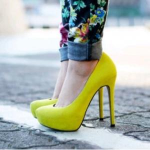 اختاري حذاءك الخريفي بجمالية الألوان المشرقة