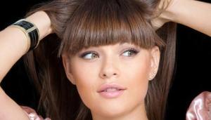 الغرة تسريحة الشعر التي تظهر أنيقة وأصغر سنا