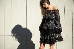 لمسة الكشاكش تزين إطلالتك كصيحة خريفية في الفساتين