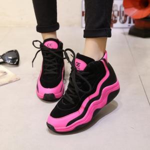 الألوان الفاتحة صيحة مميزة تزيد أناقة في أحذية الكوتشي