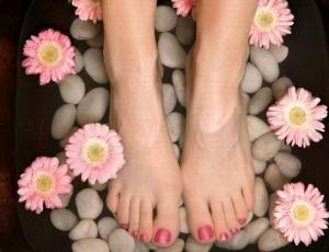 امنحي قدميك نعومة مميزة بهذه الوصفة الطبيعية السهلة