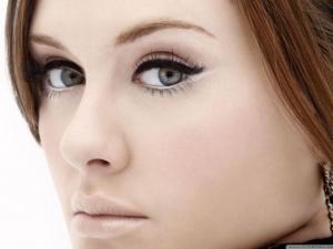 امنحي عيونك الضيقة جمالية بارزة مع هذه الخطوات في الماكياج