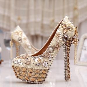 اختاري حذاء الأحجار البراقة لتتألقي في يوم زفافك بجاذبية ساحرة
