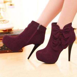 تألقي في إطلالتك الشتوية بمجموعة من الأحذية القديمة التي تعود من جديد