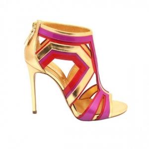 اختاري حذائك الخريفي من جمالية ألوان الميتاليك الراقية