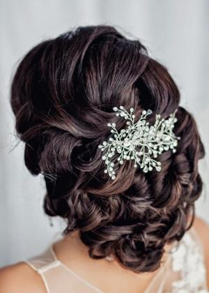 تميزي يوم زفافك بتسريحة شعر تحولك إلى أميرة أنيقة وراقية