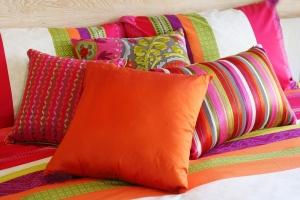 استخدمي الوسائد الملونة لمنح غرفة المعيشة رونقا مميزا