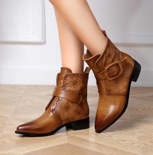 اللون الكراميل يسيطر على موضة الأحذية لتتميزي في إطلالاتك الشتوية