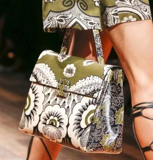الزخارف التقليدية تميز حقيبتك الربيعية لأناقة مميزة وإطلالة راقية