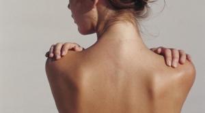 تخلصي من البقع الداكنة في ظهرك ورقبتك مع هذه الوصفة
