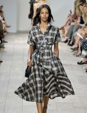 المربعات تقتحم عروض الأزياء العالمية لموسم شتاء 2017