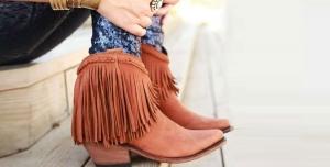 الأهداب لمسة الأناقة التي تميز أحذية الشتاء لتتألقي في إطلالتك