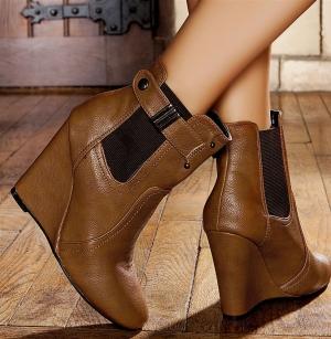 ألوان الشوكولاطة تقتحم صيحات الموضة في أحذية شتاء 2017