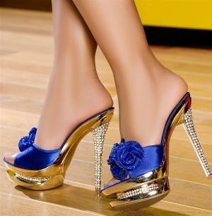 اختاري حذاءك لتتألقي في سهرات موسم الشتاء بجمالة الأزرق النيلي