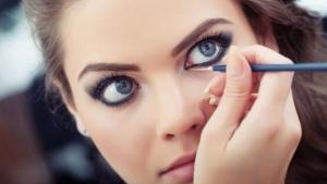 حيل تساعدك في تطبيق الكحل على العيون الواسعة بجاذبية أنيقة