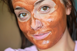 عالجي بشرتك واجعليها وردية اللون مع قناع الطين الأحمر المغربي