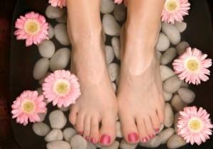 تخلصي من رائحة الإقدام مع هذه الوصفة السهلة والهائلة