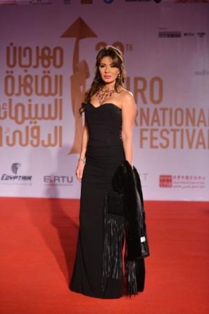 اللون الأسود يسيطر على إطلالات النجمات بكل أناقة في مهرجان القاهرة السينمائي