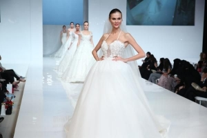 اختاري فستان زفافك من عروض الأزياء العالمية بكل تألق وجاذبية