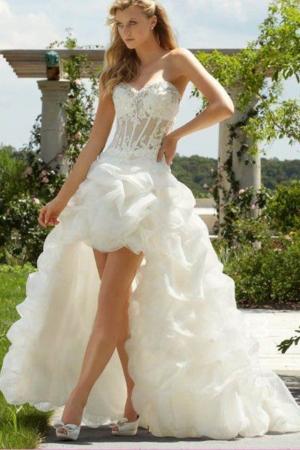 إطلاق تشكيلة من فساتين العروس بالقصة القصيرة من الأمام والطويلة من الخلف