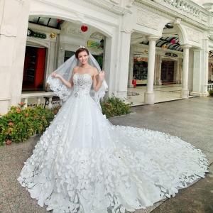 تميزي يوم زفافك مع هذه الباقة الراقية من فساتين الزفاف بلمسة الزهور
