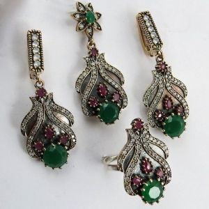 طرح باقات من المجوهرات التقليدية المستوحاة من مجوهرات حريم السلطان