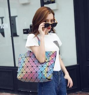 لمسة الحقيبة الجلاكسي تقتحم عروض الأزياء العالمية الخاصة بربيع 2017