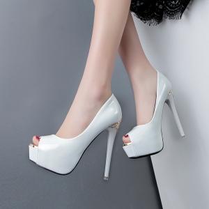 تألقي في سهرات رأس السنة الميلادية الجديدة مع الأحذية ذات اللمسة اللامعة