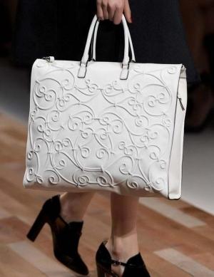 اختاري حقيبة اليد بلمسة اللون الأبيض لتتميزي بنعومة فائقة في ربيع 2017