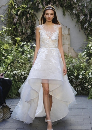 اختاري الفستان باللمسة القصيرة من الإمام والطويلة من الخلف لتتألقي يوم زفافك