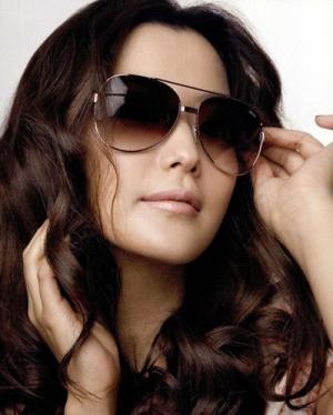 اختاري اللمسة الراقية من نظارات الشمس الكلاسيكية لتتألقي في إطلالاتك