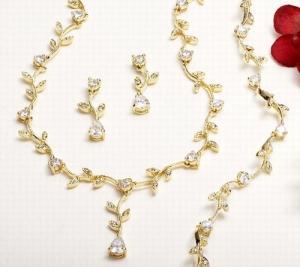 تشكيلة من الإكسسوارات الذهبية تقدم لكل امرأة ترغب في التميز
