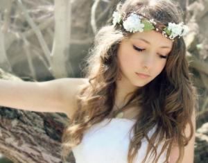 اجعلي شعرك المنسدل مميزا بلمسة طوق الورود في موسم ربيع 2017