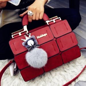 ميزي إطلالاتك الربيعية باختيار الحقيبة اليدوية باللون الأحمر