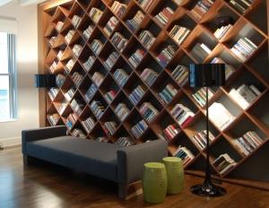 امنحي منزلك أناقة ورونقا ساحرا باعتماد لمسة الكتب في الديكور