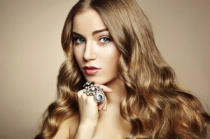 امنحي شعرك المصبوغ لمعانا وأناقة مثالية بتتبع هذه الخطوات البسيطة