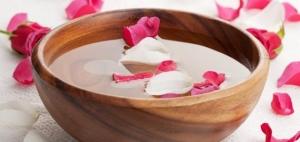 فوائد ماء الورد للعناية بالبشرة والشعر