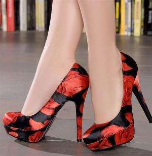 تميزي بجاذبية ساحرة مع أحذية الكعب العالي بجمالية اللون الأحمر والأسود
