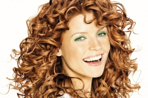 لمسة الشعر المجعد أناقة تعطي المرأة إطلالة مميزة