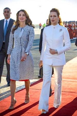 تألقي بجاذبية مع لمسة السروال الأبيض على غرار الأميرات العربيات