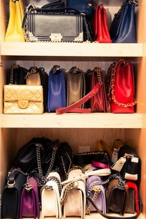 حافظي على جمالية حقائبك ورونقها بطريقة داخل الخزانة