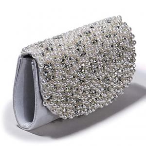 تألقي بجاذبية في سهراتك مع اختيار الحقيبة الفضية اللامعة